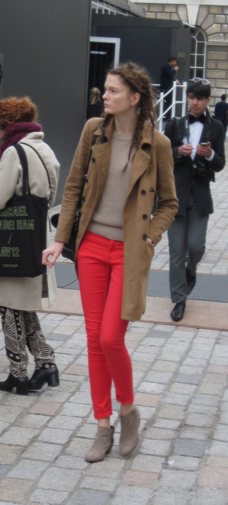 MODEL-RED-PANTS